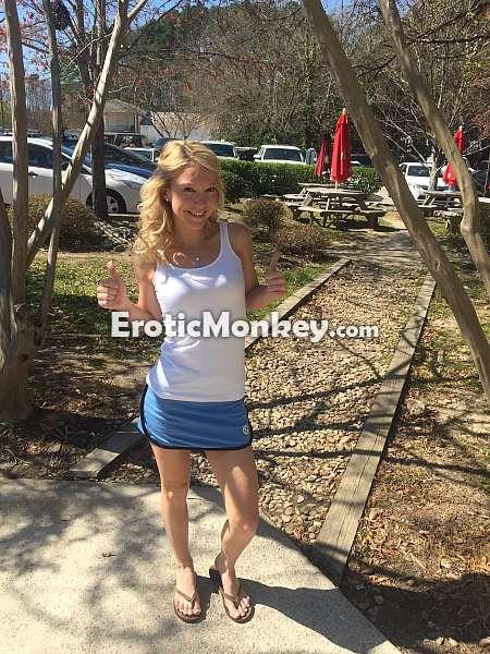 Schlanke blonde Schlampen Laura Bentley erfreut eine heiße Mann auf POV-cam